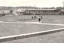 LÁGR SOEST. Úprava prostranství tábora Jevíčko na snímku z roku 1939. Foto z publikace Wohnlager beim Bau der Reichsautobahnen. Berlin 1940