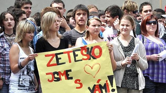 """Demonstrace v areálu """"zetešky""""."""