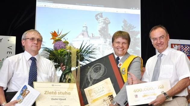VESNICÍ ROKU 2013  se stal v Pardubickém kraji Dolní Újezd.  Slavnostní vyhlášení se uskutečnilo v sobotu, kdy starosta Stanislav Hladík převzal zlatou stuhu.