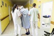 Práce zdravotnického personálu v oddělení DIOP je psychicky i fyzicky velice náročná. Zdravotníci velice dobře vnímají těžký zdravotní stav pacientů, kteří balancují mezi životem a smrtí. Také tlak příbuzných je obrovský.