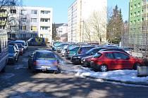 I v době, kdy je většina lidí v práci, je parkoviště na Komenského náměstí plné.