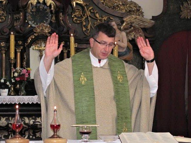 Farář Adam Piotr Grabiec při mši.