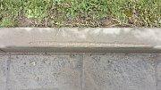 Následky provozu na zúžené vozovce v Udánkách jsou patrné i na obrubnících a asfaltovém povrchu.