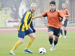 U míče je svitavský záložník Filip Jiroušek (vlevo), atakovat se jej snaží litomyšlský dorostenec Lukáš Tomšů.