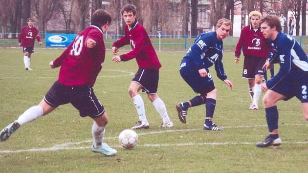 Tento střelecký pokus Jiřího Růžičky (vlevo s číslem 10) v síti neskončil, ale byl to právě svitavský útočník, který za záda brankáře Tesly Pardubice B Rumla poslal vítězný gól.