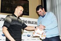 Nákup osmi set míčů pro kategorii přípravek je prvním počinem Nadačního fondu PKFS na podporu mládežnického fotbalu. Z rukou předsedy svazu Michala Blaschkeho (vlevo) si část z nich převzal i předseda SKP Slovan Moravská Třebová Martin Tylšar.