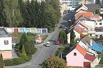 Moderní kamera na jednom z panelových domů na sídlišti střeží ulice.