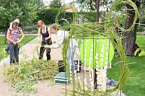 Studenti zahradnických škol z Litomyšle a Lednice vytvořili v Klášterních zahradách   několik florálních objektů –  hudebních  nástrojů.