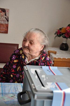 MARIE PAKOSTOVÁ ze Sebranic. Je jí úctyhodných  103let, ale volby nevynechala.