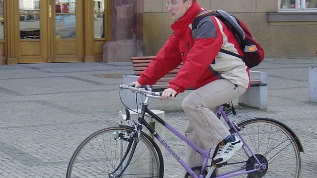 Vstříc ekologii. Na bicyklu vyrazila do ulic města Dana Burianková, vedoucí finančního odboru.