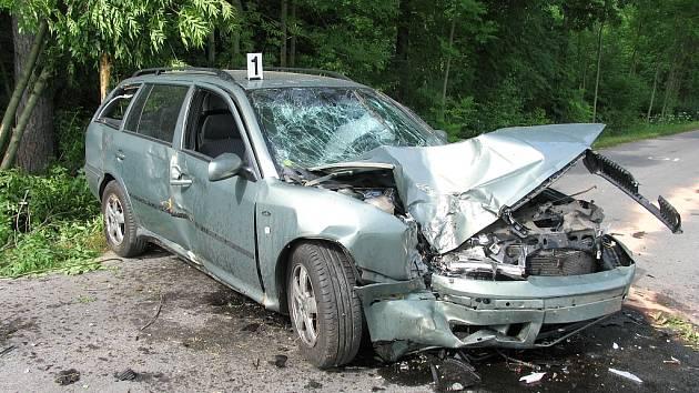 Zdemolovaný vůz radního Janečka.