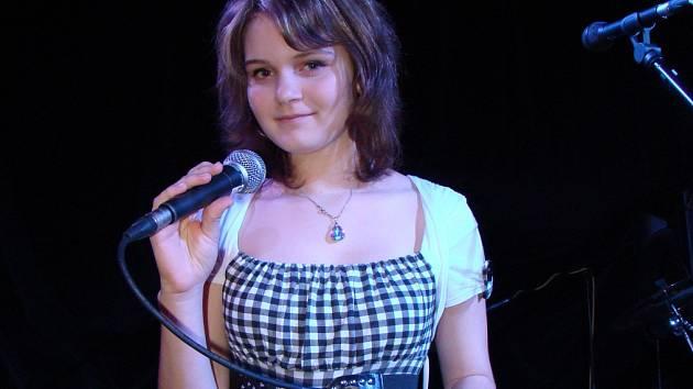 PETRA ŠVANCAROVÁ je nadějná dvanáctiletá školačka z Březové nad Svitavou, která zpívá.