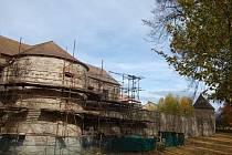Hradební bašty v Poličce mají nové střechy