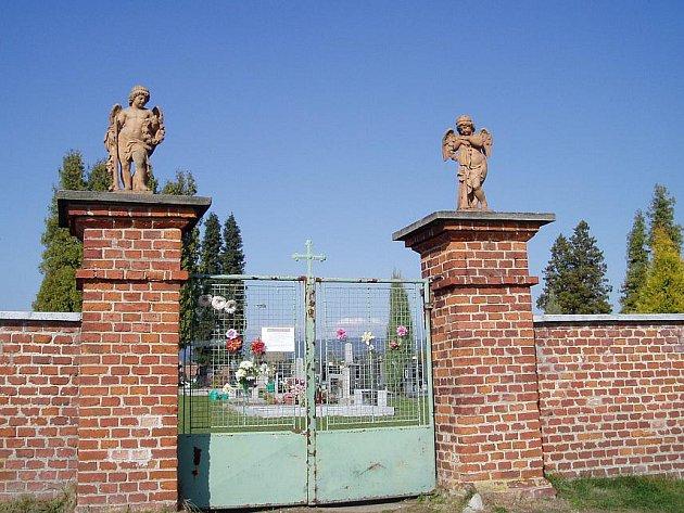 Ze hřbitova v Třebařově někdo ukradl dvě sochy.
