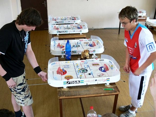 Petr Tměj (THC Stiga Svitavy, vpravo) v utkání s Lukášem Turoněm, vítězem českého poháru a novopečeným mistrem ČR.