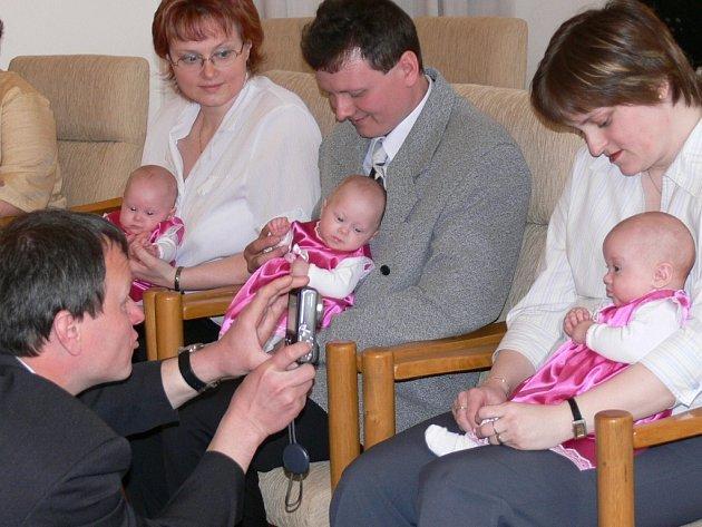 Tři dcery manželů Proseckých ze Svitav přivítali zástupci radnice.