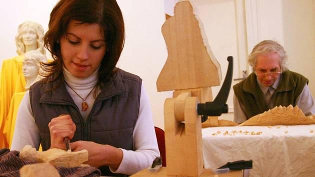 JANA REJMANOVÁ s tatínkem Janem. Mladá umělkyně se účastní mezinárodních sympózií. Vede také kroužek, ve kterém předává vědomosti dětem.
