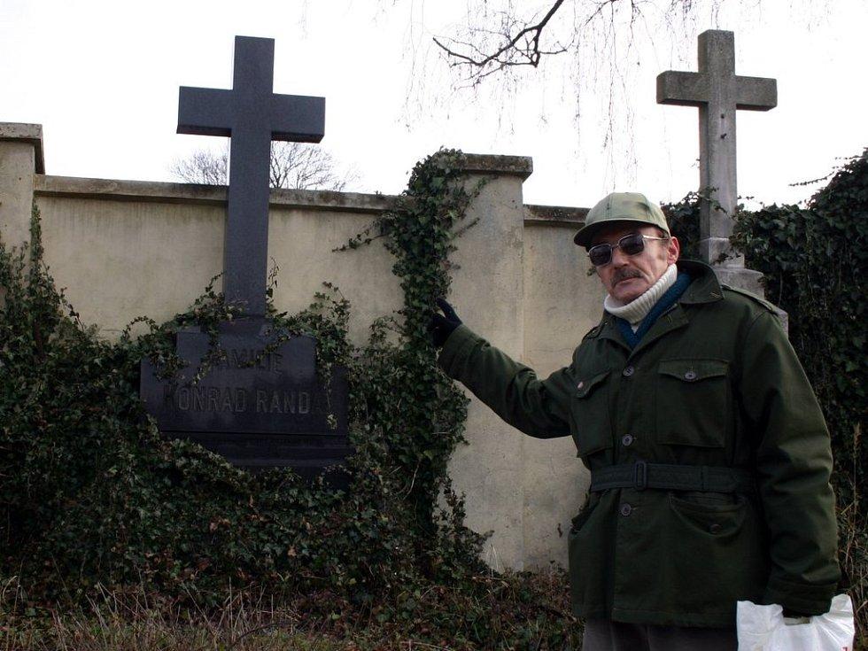 Miroslav Svoboda ze Svitav se chování neplatičů diví. Považuje to za neúctu památky zesnulých.