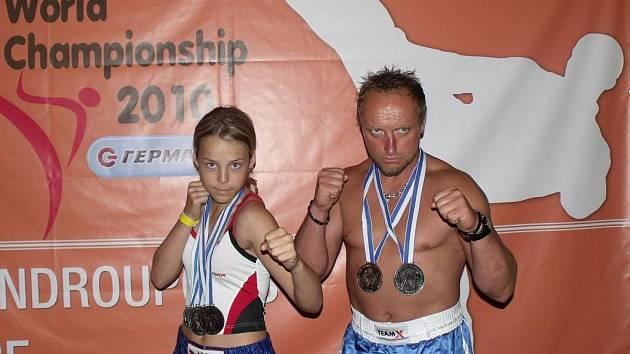 Bohatá úroda z Řecka. Talentovaná kickboxerka Karolina Kašparová z Poličky s trenérem Petrem Gregorem  a jejich medailemi z nedávno skončeného mistrovství světa v tomto bojovém sportu.