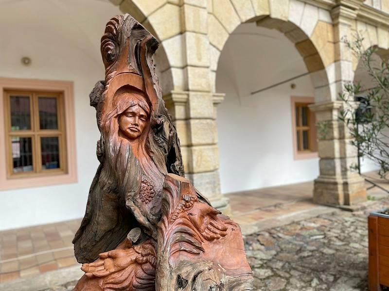 Na nádvoří zámku v Moravské Třebové stojí nově socha svaté Korony.