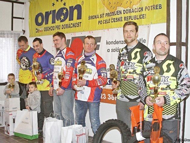 Tři nejlepší dvojice skončeného mistrovství České republiky: zleva Šrolerovi, Mohaupt s Hotovým a Mňuk s Langerem.