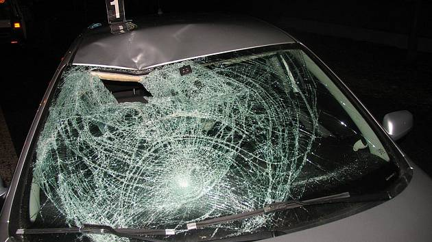 Chodec  riskoval na pětatřicítce, srazilo ho auto.