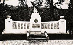 Obnovený pomník obětem první světové války, který město instalovalo na Rybním náměstí, nahrazuje původní pomník, který byl v 50. letech stržen.