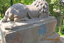 Sprejeři se vyřádili na soše u litomyšlského zámku.