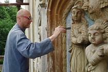 Restaurátoři opravují reliéf na kostele svaté Anny v Radiměři. Je na něm svatá Anna Samotřetí, Ježíšek a panna Marie a celá řada zdobných prvků.