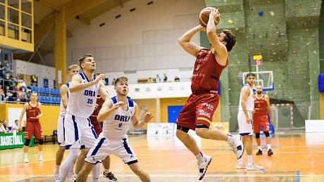 Marek Welsch při střelbě v utkání basketbalové první ligy Svitavy vs. Prostějov.