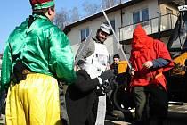 Maškary, živá kapela, všeobecné veselí. To vše bylo k vidění v sobotu 7. února ve Vítějevsi. Nechyběla ani tradiční poprava kobyly, která však díky medicíně pana starosty opět ožila. Mohla tak společně s ostatními začít hodovat.
