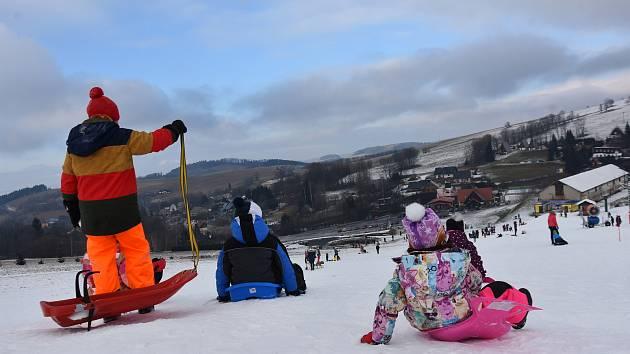 Sjezdovku v Čenkovicích zaplnili sáňkaři a děti na bobech