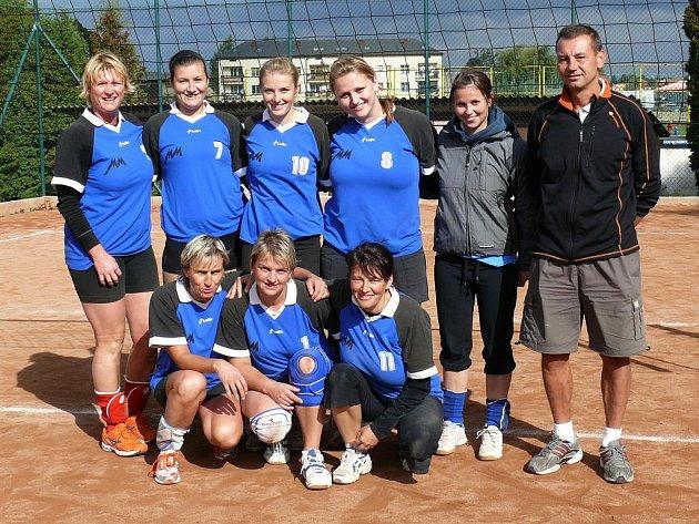 Stojící zleva: M. Továrková, A. Vomelová, M. Šařecová K. Šimonová, A. Kobelková, trenér P. Potyš. Dole zleva: I. Podhorná, D. Netolická, E. Šařecová. Na snímku chybějí: M. Garguláková, L. Radová, P. Šařecová, A. Podhorná, M. Baráková.