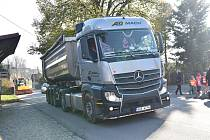 Stovky kamionů, které vozí materiál na stavbu D35 trápí i poměrně vzdálené obce
