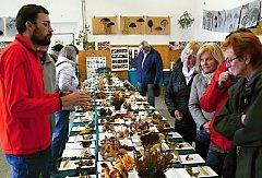 VÝSTAVA  na Veselce v Litomyšli o uplynulém víkendu voněla houbami. Návštěvníci měli možnost se nejen pokochat úlovky zkušených mykologů, ale také se jich na ledaco zeptat. O své vědomosti se podělil například i Petr Zehnálek z Morašic (vlevo). Kdo chtěl