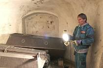 HROBKA  pod  kostelem  Nanebevzetí Panny Marie v Jevíčku ukrývá pět rakví se členy rodu Salm-Neuburgů.    Historici se nyní budou zabývat  nápisy na rakvích.