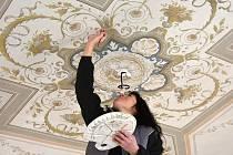 Restaurátorka Magdalena Slavíková obnovuje stropní výmalbu v pokojích hradu Svojanov. Speciálními tmely a barvami restauruje malbu z 19. století.