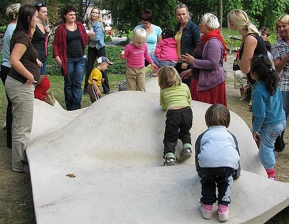 "Diskuse maminek u ""vln"" v parku."