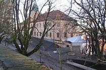 Regionální muzeum prochází rekonstrukcí, během které byly odhaleny pozůstatky nového města ze 16. století. Celý objekt bude přístupný ze suterénu muzea. Tmavá plocha před muzeem skrývá suterénní objekt s archeologickými nálezy, vpravo je vidět nový vstup.