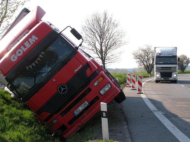 Opilý řidič kamionu skončil s náklaďákem v příkopu.