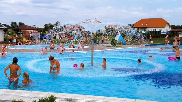 Teplé počasí vyhnalo lidi k vodě.