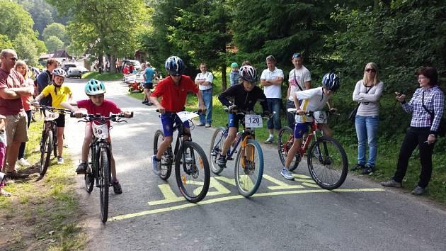 SE STEJNÝM ÚSILÍM jako dospělí cyklisté v hlavním závodu bojovali na silnici u Petrušova i mladí a ještě mladší závodníci. Výchově nové generace nadšených cyklistů je určen Cyklománek.