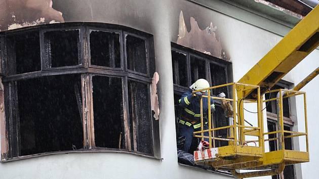 Rozsáhlý požár zničil v úterý hotel Morava v centru Moravské Třebové.