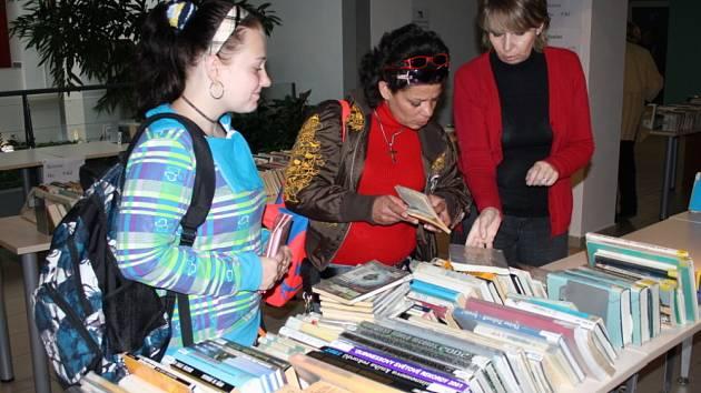 Knihovníci připravili ve svitavské Fabrice výprodej.  Čtenáři za pár korun najdou všechny žánry, od detektivky  přes naučnou a dětskou literaturu až po sci-fi.