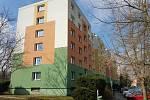 Žena spadla z nejvyššího patra bytového domu v Dimitrovově ulici.