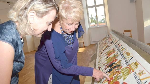 Věra Mičková při vernisáži ochotně vysvětlovala techniku práce a poukázala i na detaily, které mohou nepozornému návštěvníkovi uniknout.