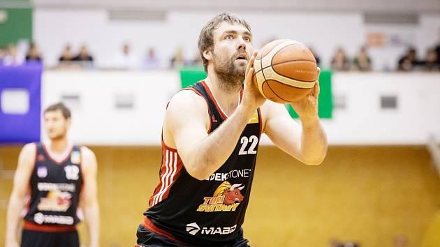 Zkušený pivot Jiří Jelínek při trestném hodu. Ve dvou utkáních přispěl na týmové konto čtrnácti body.