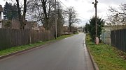 Úzká vozovka, vysoké obrubníky. Bez chodníku pěším v Udánkách nezbývá, než kličkovat mezi auty.