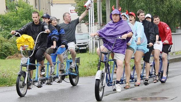 """Účastníkům srazu v Moravské Chrastové sice nepřálo počasí, ale na tradiční vyjížďku se vydali.  """"Vícekola"""" jsou pro ně relaxem."""