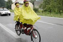 Anna a Václav Maškovi z Moravské Třebové jezdí na tandemu vždy a všude. Nevadí jim ani déšť. Ten letos potrápil vícekolaře na srazu v Chrastové Lhotě.